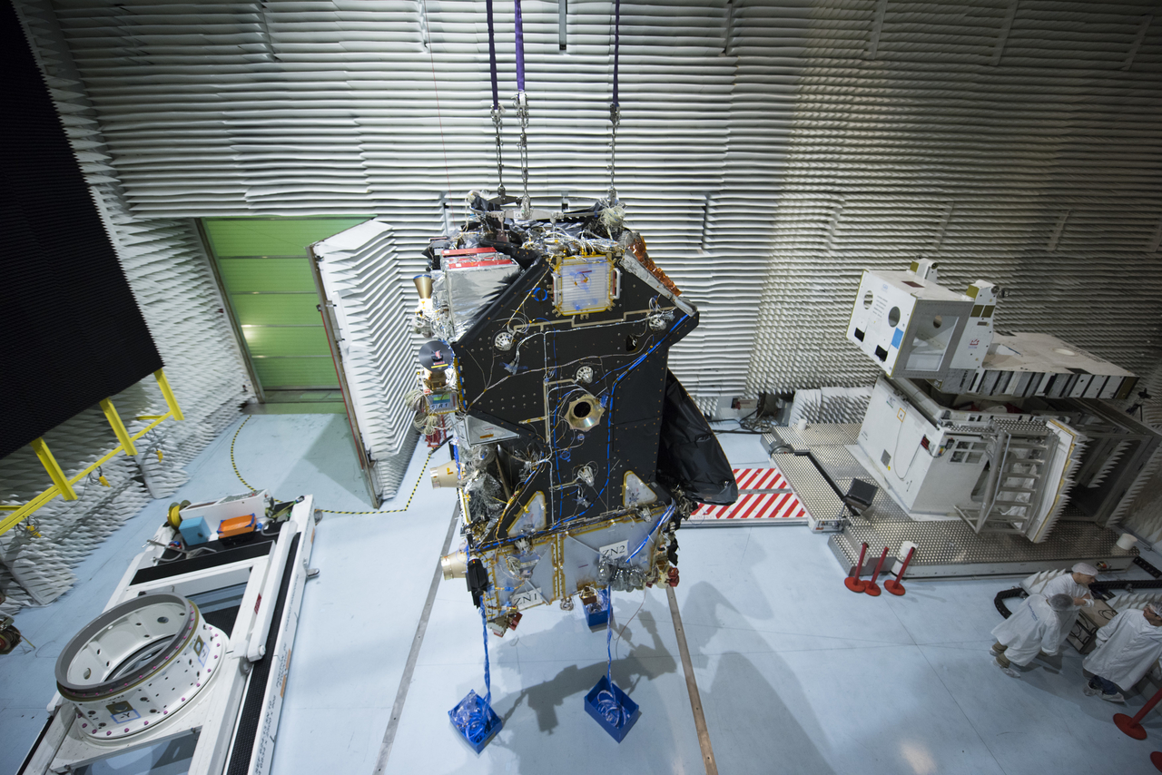 Préparation de la mission ExoMars 2016 (TGO + EDM) - Page 5 ExoMars_Trace_Gas_Orbiter_during_tests_March_2015_3_1280