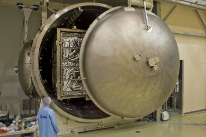 Closing the door of the Phenix thermal vacuum facility with the BepiColombo Mercury Planetary Orbiter Mechanical and Propulsion Bus Proto-Flight Model ... & ESA Science \u0026 Technology: Closing the door of the Phenix thermal ...