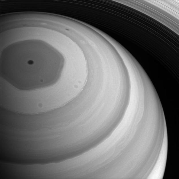 Šestiúhelník na pólu Saturnu se k překvapení vědců promítá až do vyšších vrstev atmosféry