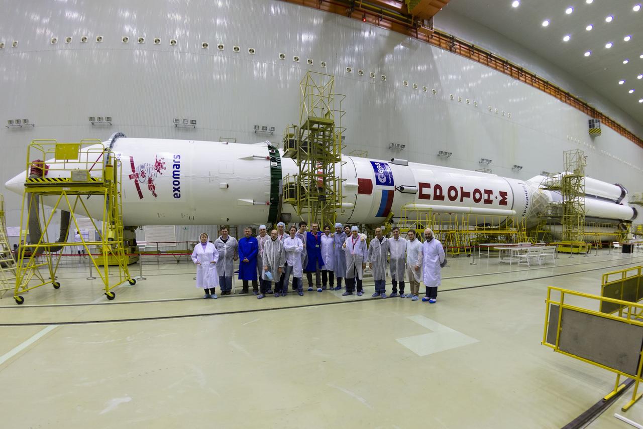 ExoMars2016_Baikonur_team_with_Proton_20